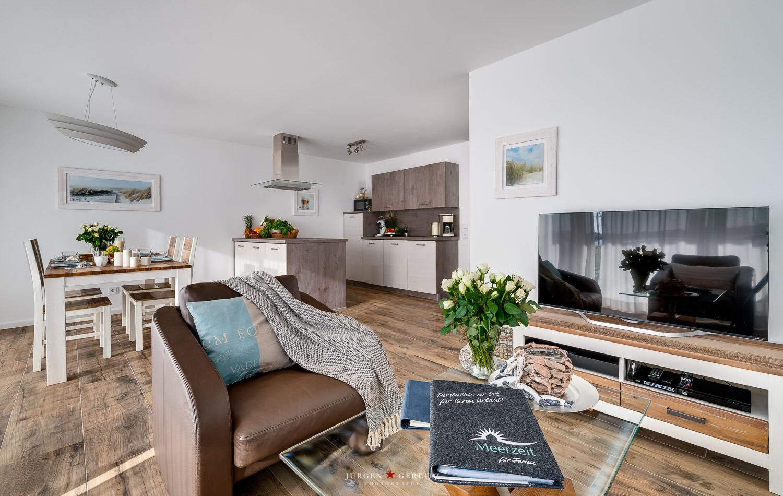 Wohnbereich mit Esstisch und Küche mit Meerblick