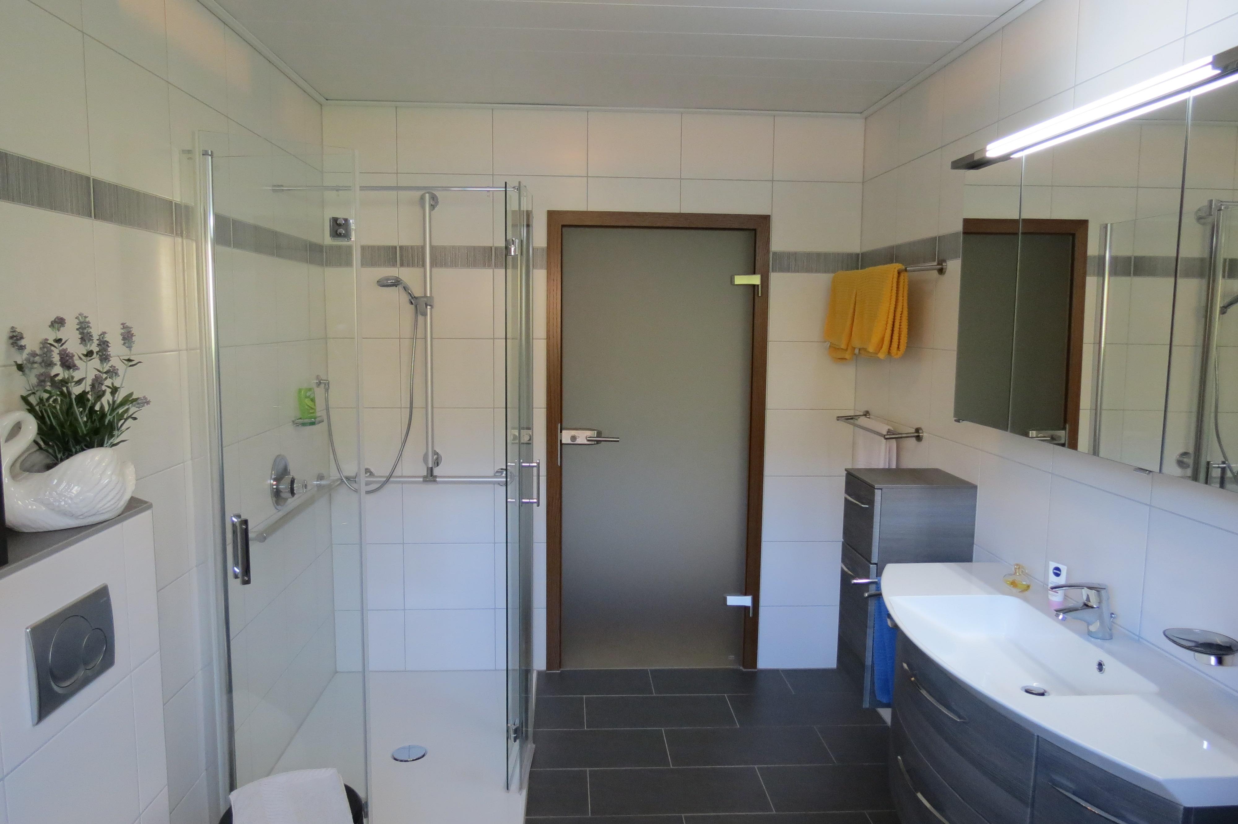 Tageslicht Bad Fewo Lavendel mit ebenerdiger Dusche,Handlauf, Duschsitz