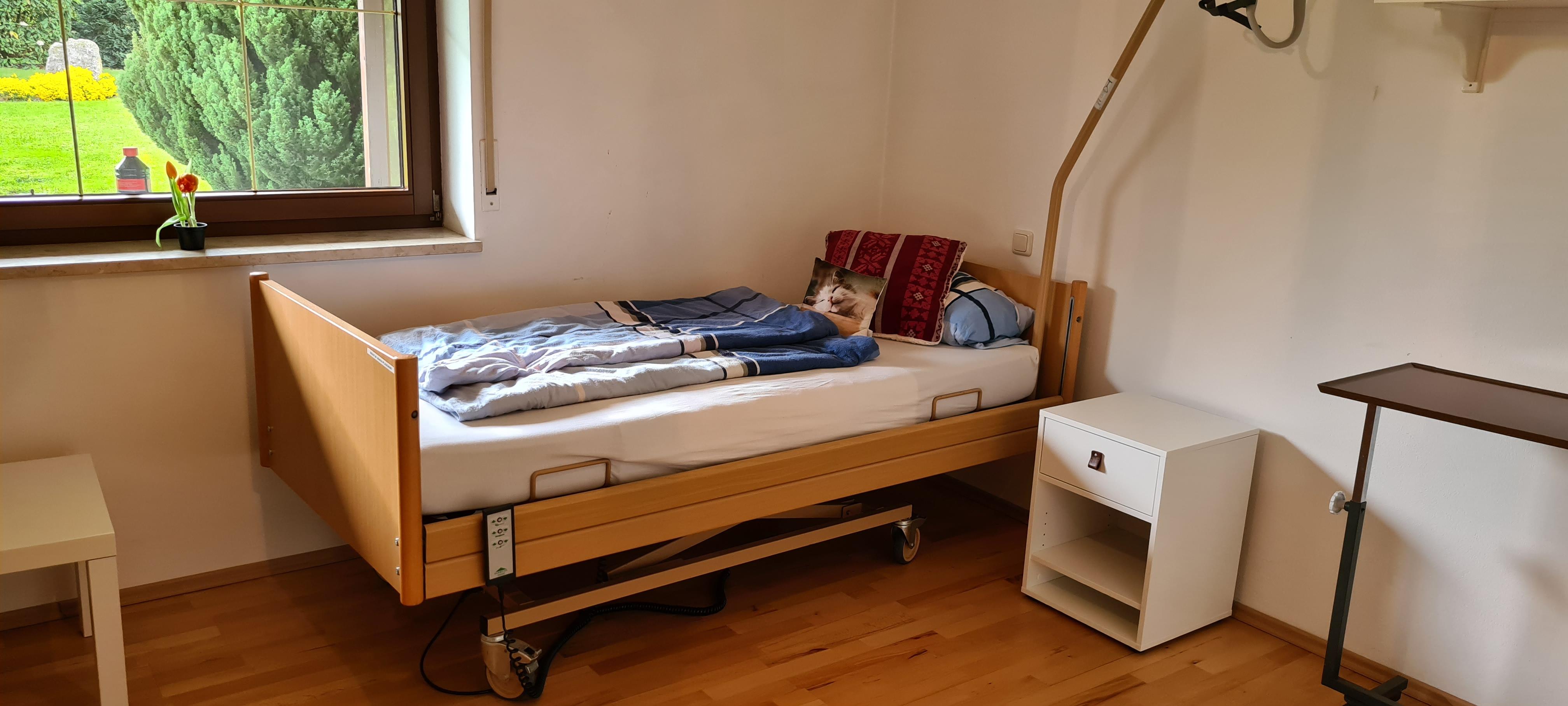 Schlafzimmer 1 mit Pflegebett