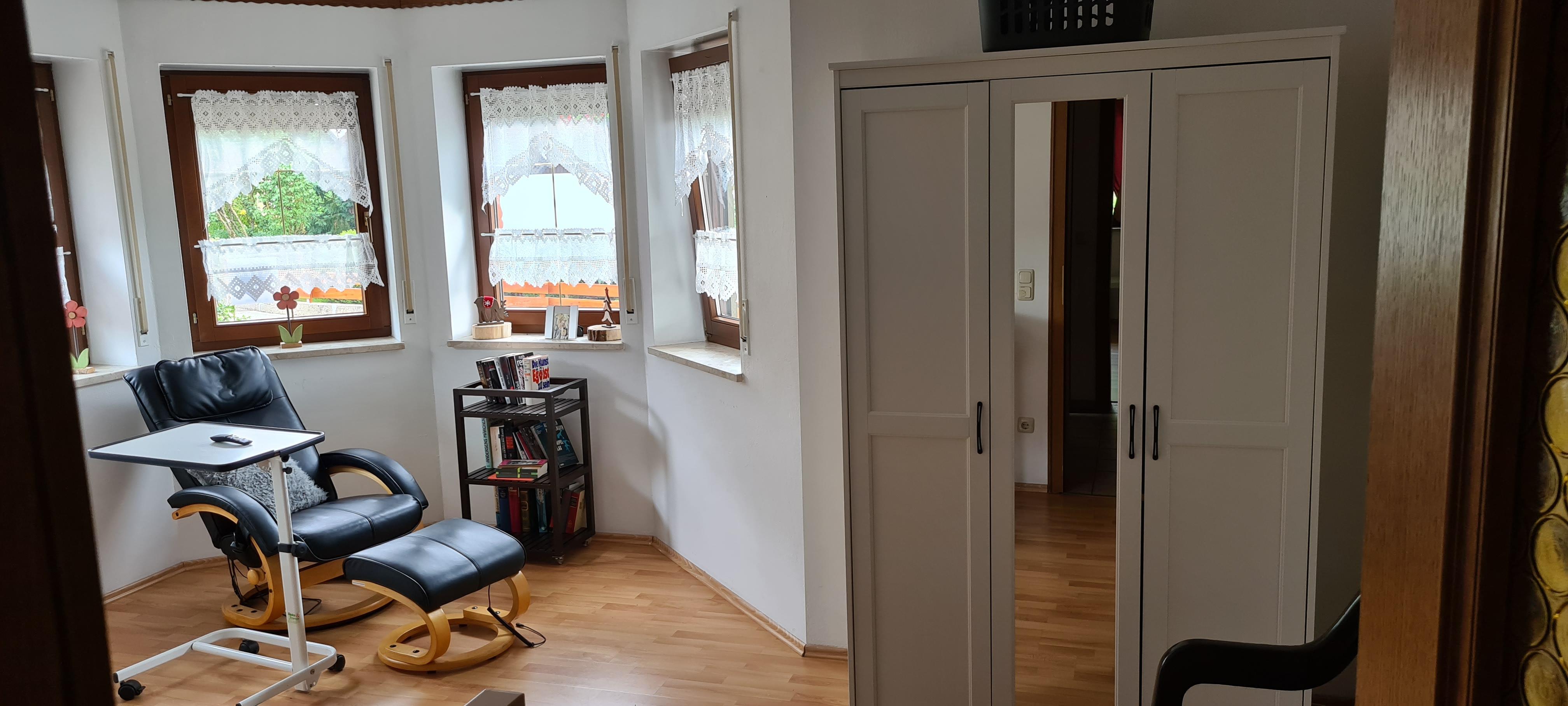 2. Schlafzimmer Erkerzimmer mit Pflegebett